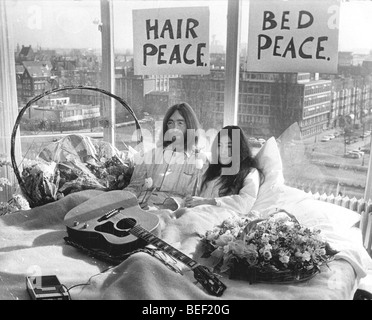 John Lennon und Yoko Ono während der Flitterwochen ausschlafen - Stockfoto