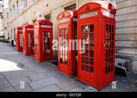 Fünf britische rote Telefonzellen in Folge in der Nähe von Covent Garden in central London, UK - Stockfoto