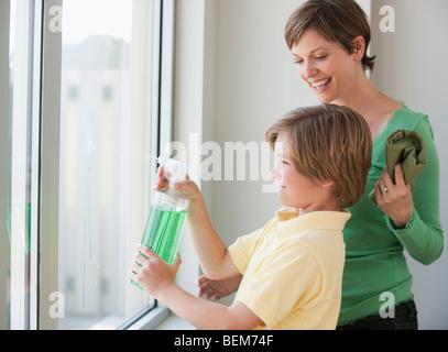 Mutter und Sohn Fensterputzen - Stockfoto