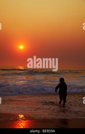 Kinder spielen am Strand, Sonnenuntergang, Skeleton Coast - Stockfoto