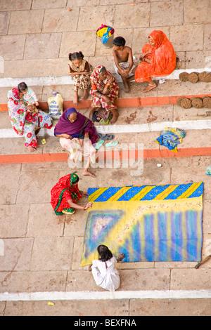 Leben rund um das Ghat in Varanasi, Uttar Pradesh, Indien. - Stockfoto