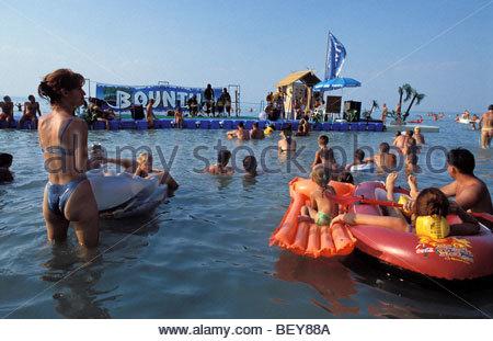 Wasser Bühne «Bounty Beach». Siofok, Plattensee, Ungarn - Stockfoto