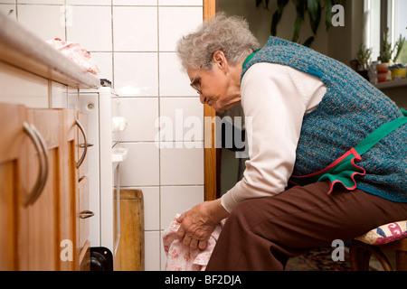 Großmutter in der Küche - Stockfoto