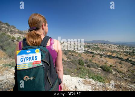 ZYPERN. Eine junge Frau in die zypriotische Landschaft wandern. Konzentrieren Sie sich auf Zypern Karte im Rucksack. - Stockfoto