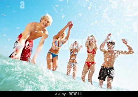 Gruppe von Menschen im Meer planschen - Stockfoto
