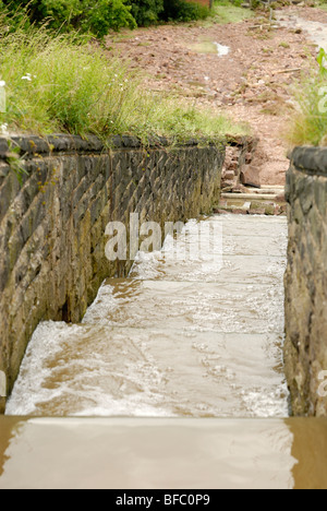 Staudamm Hochwasserentlastung Überlauf mit Wasser läuft nach unten - Stockfoto