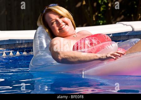 Reife Frau am Pool. - Stockfoto