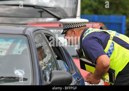 Polizist Fragen ein Autofahrer, England, UK - Stockfoto