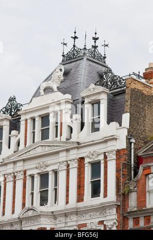 ein Löwe sitzt oben auf ein Haus in Süd-London Putney - Stockfoto
