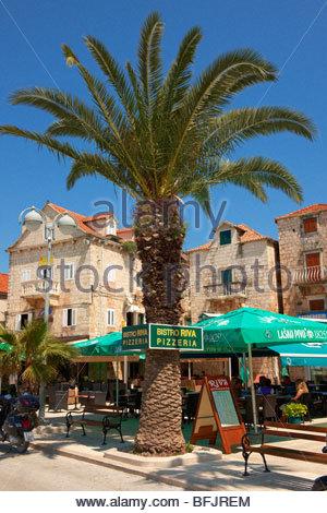 Restaurants im Hafen von Supetar, Insel Brac, Kroatien - Stockfoto
