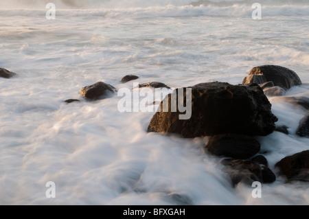 Wellen Waschen um Felsen am Ke'e Strand, Kauai, Hawaii - Stockfoto