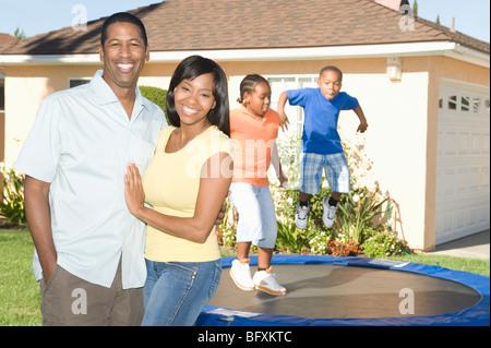Familie Haus, Kinder auf Trampolin - Stockfoto