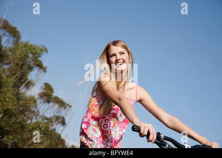 Frau lächelnd Reiten-Mountainbike - Stockfoto