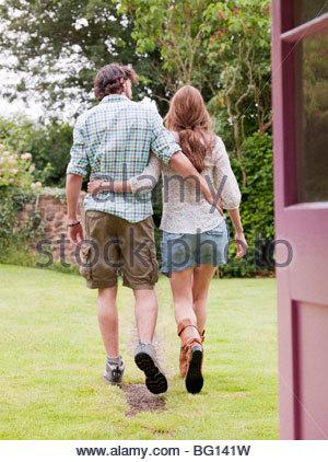 Paare, die Weg vom Haus - Stockfoto