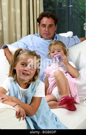 Alleinerziehender Vater mit zwei Kindern zu Hause - Stockfoto