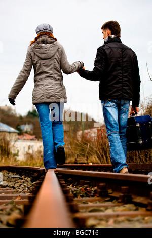 Paar am Gleis - Stockfoto