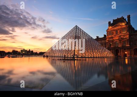 Pyramide des Louvre, Paris, Frankreich. Bei Sonnenuntergang am 22. August 2009 aufgenommen. - Stockfoto
