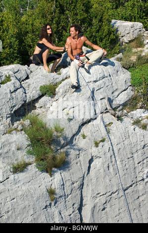 Sportkletterer Klettern der steilen Kalksteinklippen in die Schlucht Gorges du Verdon / Verdon Schlucht, Provence, - Stockfoto