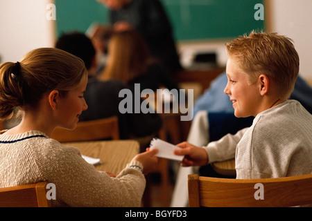 Studenten vorbei Hinweis im Klassenzimmer - Stockfoto