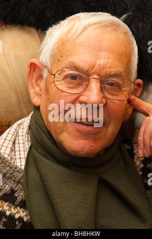 Ein MODEL-Release hautnah von einem älteren Mann in seinen frühen achtziger Jahren in Großbritannien - Stockfoto