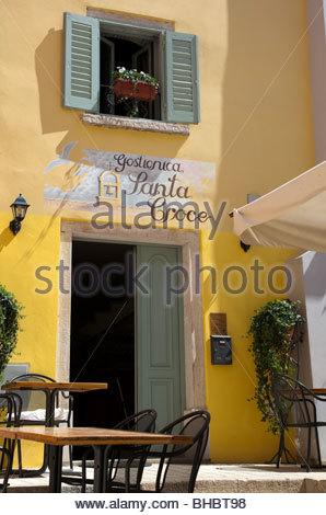 Kroatien kroatische Europa Istrien Mittelmeer Altstadt Restaurant Restaurant Santa Croce Rovinj Fensterläden Terrasse - Stockfoto