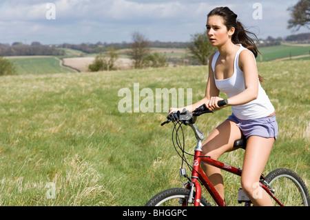 Mädchen mit dem Fahrrad in Landschaft - Stockfoto