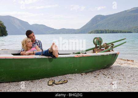 Ein junges Paar Tagträumen in einem Boot - Stockfoto