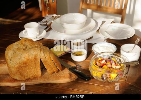 frisch gebackenes Brot am Frühstückstisch - Stockfoto