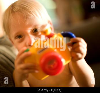 Jungen spielen mit Spielzeugkamera. - Stockfoto