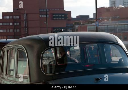 Londoner Taxifahrer warten vor St. Pancras Station, London, UK - Stockfoto