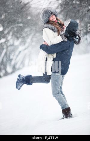 Junges Paar in einem Park. Winter-Saison. - Stockfoto