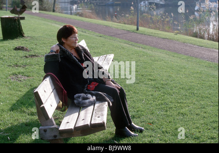 Ältere Frau auf Park Bank denken nachdenklich - SerieCVS500200d - Stockfoto