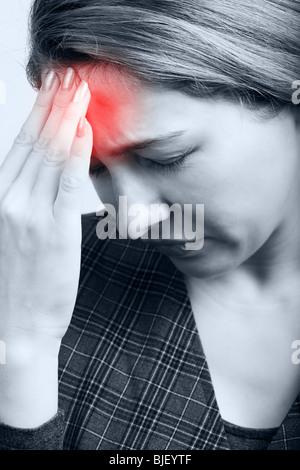 Müde Frau mit Kopfschmerzen oder Migräne - Stockfoto