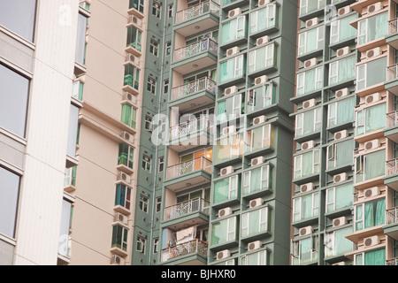 Wohnungen in Kowloon, Hong Kong mit Klimaanlagen. - Stockfoto
