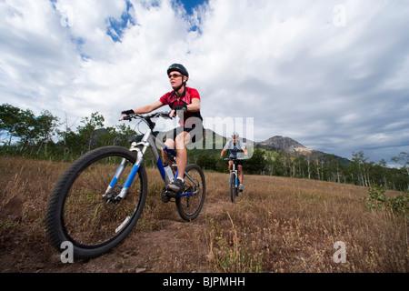 Mountainbiker in der Wildnis - Stockfoto