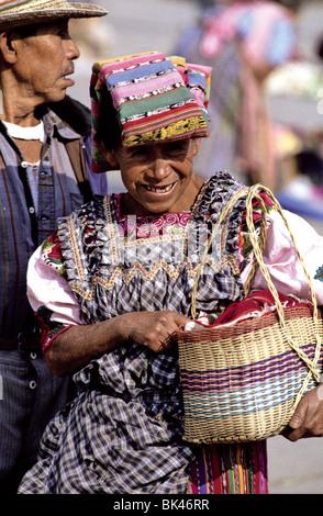 Porträt einer Frau mit einem traditionellen Kopfschmuck in Cantel, Guatemala - Stockfoto