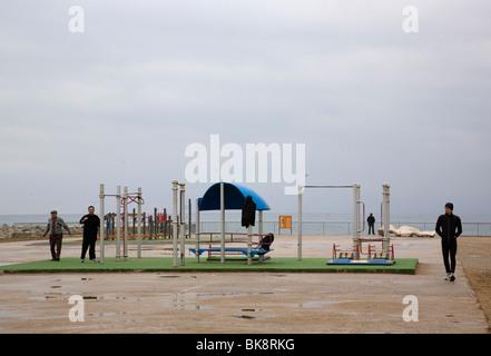 Öffentliche Turnhalle im Freien am Strand von Barceloneta im Winter - Stockfoto