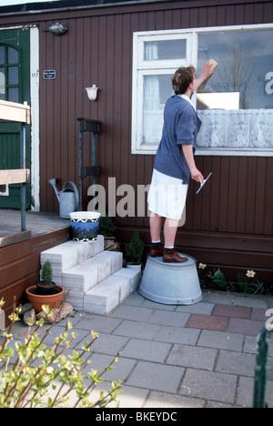 Home Hilfe niederländische Mutterschaftskrankenschwester Reinigung windows SerieCVS 100006035 - Stockfoto