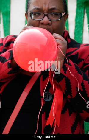 London Hackney Parlamentswahlen 2010 Diane Abt Labour Partei Kandidat Sprengung rote Luftballons - Stockfoto