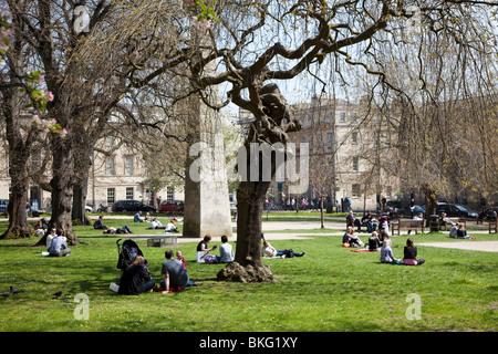 Menschen entspannen im Park im Stadt Zentrum Bad England UK - Stockfoto