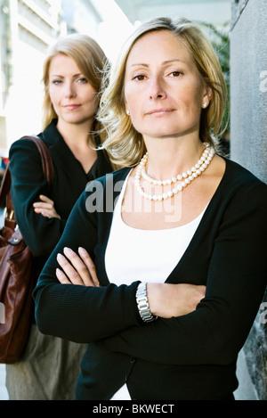Zwei Unternehmerinnen im Freien stehen - Stockfoto