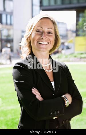 Glücklich Geschäftsfrau im park - Stockfoto