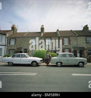 Rover 2000 P6 und Ford Popular mit ihrer Besitzerin geparkt in einer Straße in Worthing, West Sussex, UK - Stockfoto