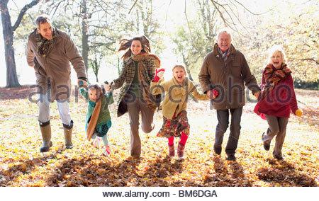 Großfamilie laufen im Park im Herbst - Stockfoto