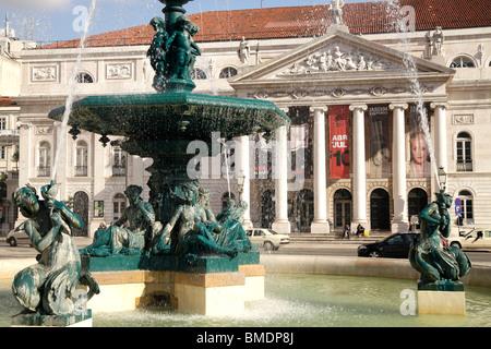 Brunnen vor dem Nationaltheater Dona Maria II auf dem Platz Praça de Dom Pedro IV oder Rossio in Lissabon, Portugal - Stockfoto