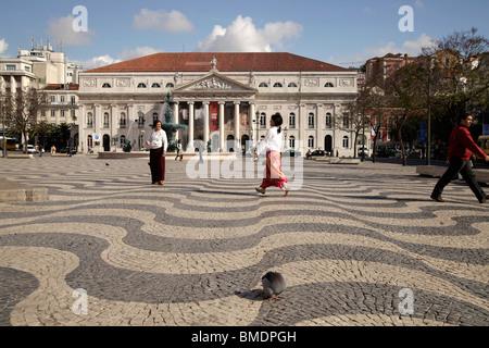Passanten vor dem Nationaltheater Dona Maria II auf dem Platz Praça de Dom Pedro IV oder Rossio in Lissabon, Portugal - Stockfoto