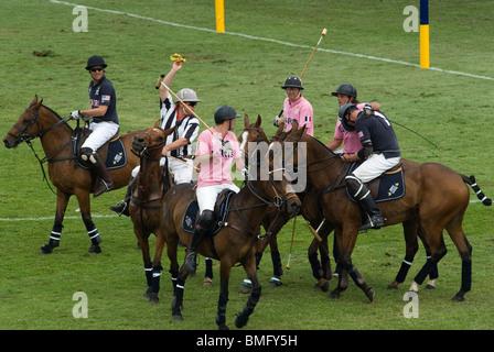 Polo in den Park. Hurlingham Park Fulham London Uk IG Index Team Paris (rosa) Stadt bin Team neue Wird eine Gelbe - Stockfoto