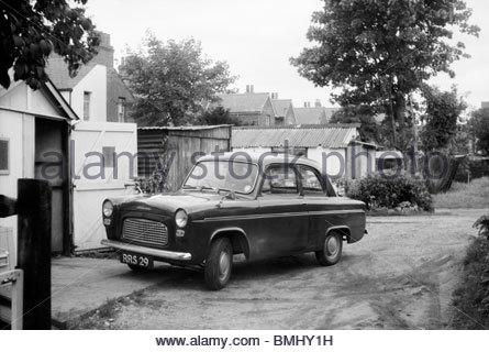 Ein schwarzer Ford beliebte Deluxe 100 E Familie Limousine, in Farnborough, Hampshire, England, UK fotografiert - Stockfoto