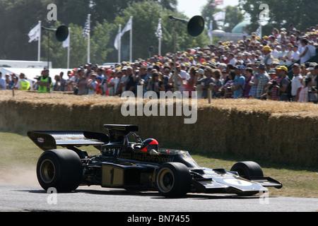 Emerson Fittipaldi fährt mit seinem Lotus F1 Auto bergauf auf die 2010 Goodwood Festival of Speed. - Stockfoto