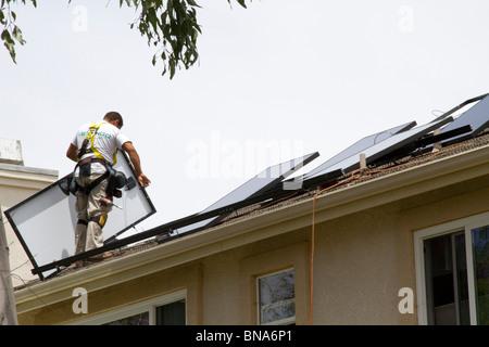 Solarstrom sauber grüne Energie Panel Dach Haus erzeugen Strom sparen sparen Sonne installieren Installation neue - Stockfoto